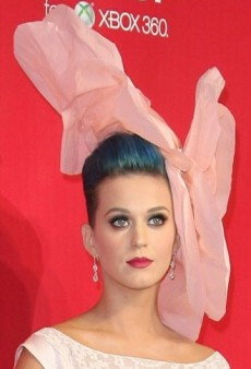 Katy Perry: Look of the Day – Foral Runway Headpiece