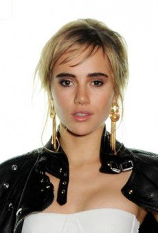 Switch Up Your Everyday Look with Suki Waterhouse's Shimmery Taupe Eye