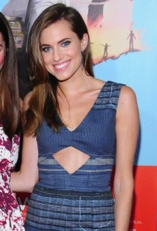 Allison Williams Hits the Red Carpet in a Navy Altuzarra Resort 2015 Dress