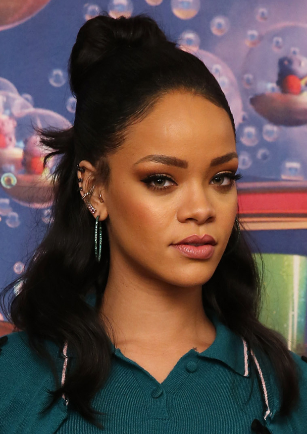 Rihannas Soft Hair And Makeup At NYC Premiere Of Home TheFashionSpot