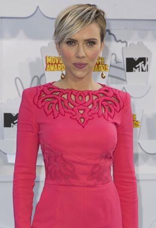 Scarlett-Johansson-2015MTVMovieAwards-portraitcropped