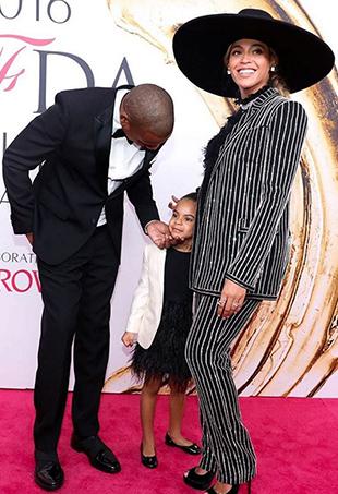 Beyoncé takes home the 2016 CFDA Fashion Icon Award.
