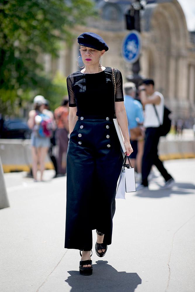 06-paris-haute-couture-fall-2018-street-style-black-top-maxi-black-sailor-skirt-platform-heels-beret.jpg (667×1000)
