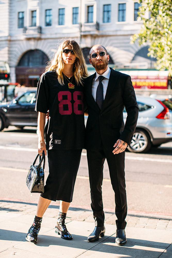 09-london-spring-2019-street-style-football-jersey-midi-skirt-boots.jpg (667×1000)