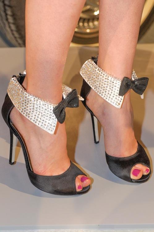 Как украсить чёрные туфли своими руками 80