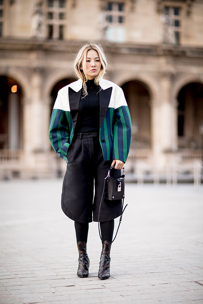 paris-fall-2018-street-style-white-turqoise-jacket-black-turtleneck-cropped-pants-tight-cowboy-boots.jpg (667×1000)