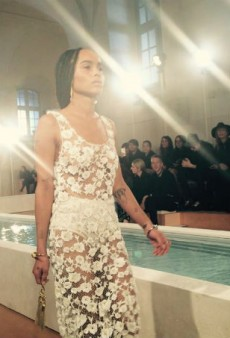 Link Buzz: Zoe Kravitz Hits the Catwalk at PFW, Jenny Packham Launches Bridal Diffusion Line