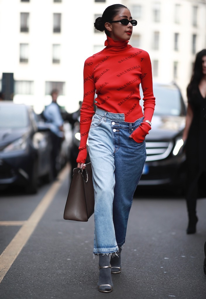 Nonbasic blue jeans via street style.