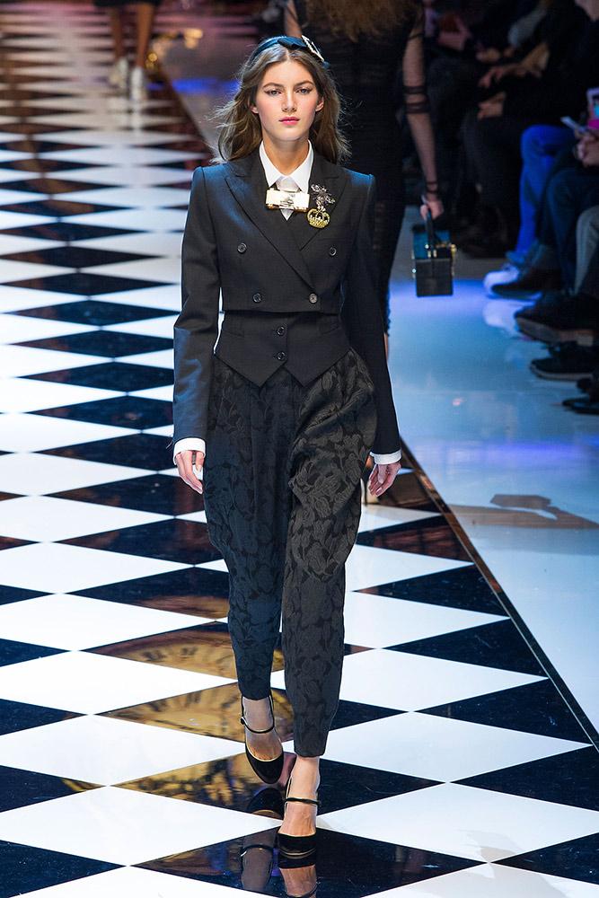 ec3cfdc1fe21 Dolce   Gabbana Fall 2016 Runway - theFashionSpot